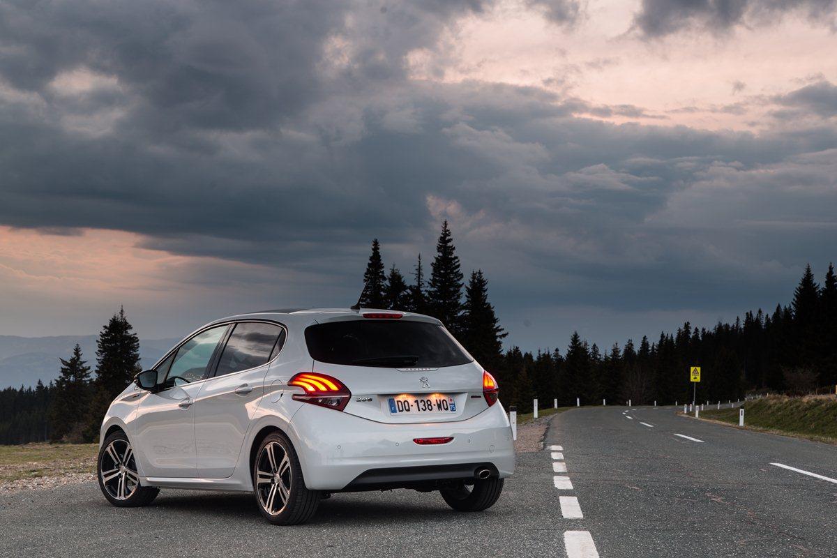 Peugeot 208 2016 white