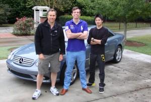 Ed Bolian al centro con i due compagni della spedizione e la Mercedes CL55